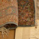 Uszkodzone frędzle jedwabnego dywanu