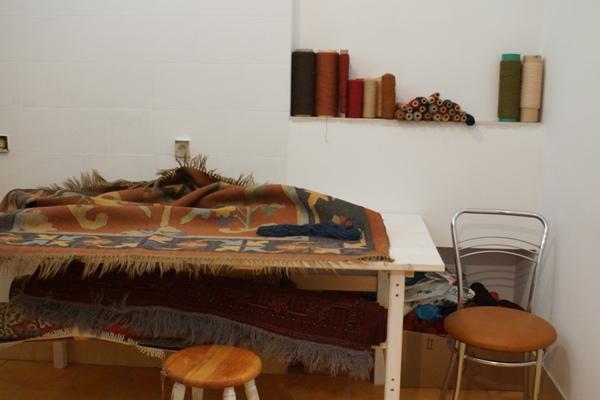 Stół do naprawy dywanów i kilimów w pracowni