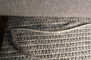 Duże uszkodzenie dywanu tuftowego