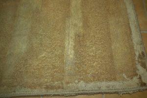 Zniszczony spód dywan tuftowany