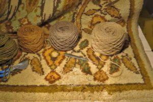 Duży fragment uszkodzonego przez mole dywanu