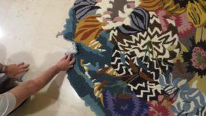 Tufftowany dywan wełniany przed naprawą
