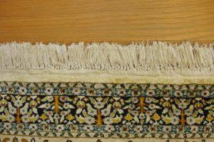 Brzeg dywanu z frędzlami