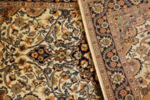 Spód dywanika z widocznymi gęstymi węzełkami