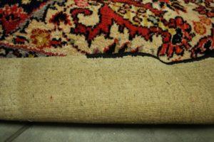 Spód dywanu w trakcie obszywania