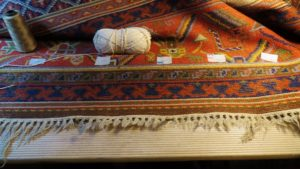 Poprzecierane frędzle dywanu z Kietrza