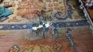 Posklejany i sparciały fragment dywanu