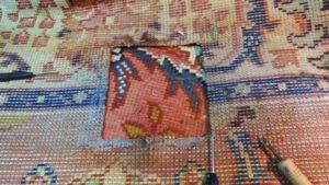 Dziura w dywanie oczyszczona