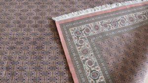 Brzeg dywanu z frędzlami i widok lewej strony