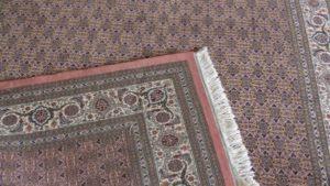 Drugi brzeg dywanu i widoczna lewa strona.