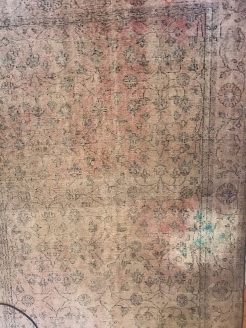 Zaplamiony i odbarwiony dywan