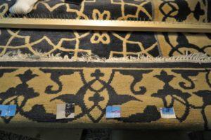 Zniszczone bawełniane frędzle dywanu wełnianego