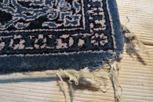 Uszkodzony dywan przed naprawą