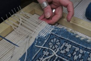 Rekonstrukcja narożnika dywanu w trakcie