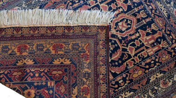Zbliżenie frędzli i lewej strony dywanu