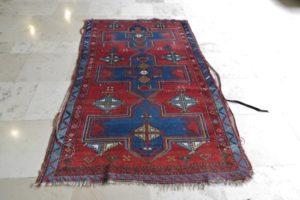 Uszkodzone oba brzegi dywanu orientalnego