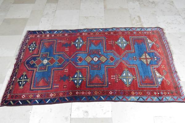 Obszyty ręcznie dywan kaukaski