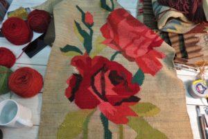 Naprawiony stary kwiatowy kilim