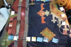 Fragment kilimu w trakcie naprawy