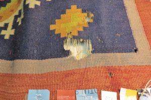 Uszkodzenie osnowy i wątku kilimu