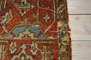 Zniszczony przez mole i czas brzeg dywanu