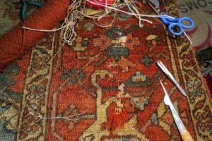 Duży uszkodzony fragment dywanu przed naprawą