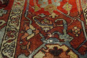 Fragment dywanu uszkodzony przez mole