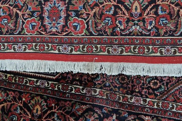 Frędzle z drugiej strony dywanu