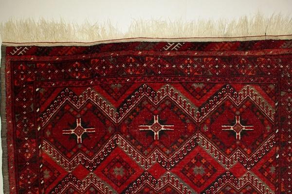 Druga strona dywanu z frędzlami